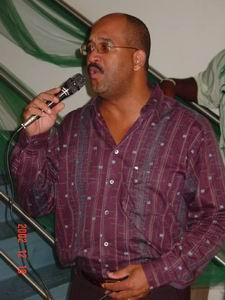 Ensley Bulo, karaoke tijdens Kerstborrel UTS 2002