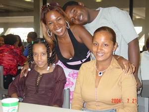 Miguela, Lucy, Jonathan en Sugey op het vliegveld