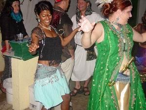 Benita en Bente aan het dansen in de Arabian Night