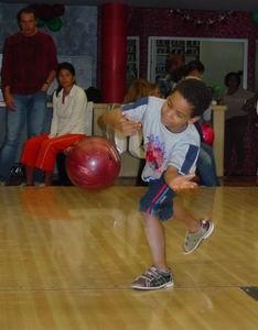 Luchiano heeft veel plezier met de bowlingbal