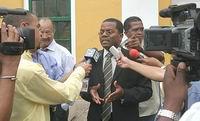 Etienne Ys legt wanhopig uit dat hij zijn kabinet niet kan laten vallen