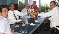 Venezolaanse consul-generaal Lorenzo Angiolillo Fernandez, links met stropdas en flesje Bright, ziet er blakend uit!