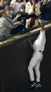 Moises Alou ziet de bal tot zijn ontzetting weggegrist door nota bene een Cubs-fan!