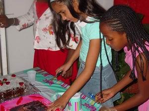 Elanna snijdt de taart aan ter gelegenheid van haar elfde verjaardag