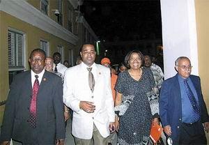 Landsregering Nederlandse Antillen gevallen, toch lachende gezichten bij Frente Obrero