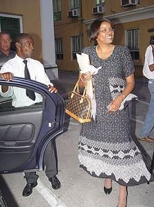 Een lachende Minister-President, Mirna Louisa-Godett