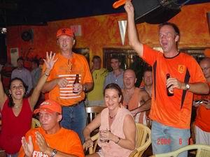 Vanuit Cafe De Tropen te Curacao: Nederland - Duitsland 1-1
