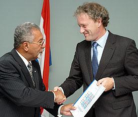 Edsel Jesurun overhandigt het rapport aan Thom de Graaf