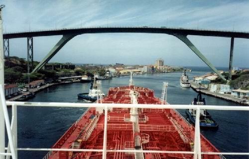 Julianabrug, gezien vanaf een tanker die van de Isla afkomt