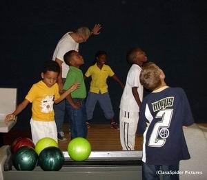 Luchiano viert zijn 8e verjaardag op de bowlingbaan. Klik voor groter.