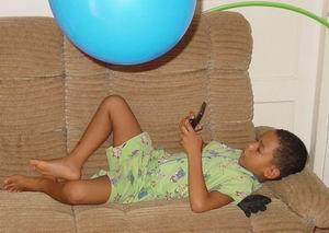 Luchiano, net 7 geworden, met zijn nieuwe verslaving: de GameBoy!