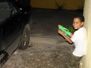Luchiano is gek op zijn SuperSoaker. Prima dat hij de auto ermee wast.
