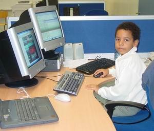 Luchiano geniet van de snelle internetverbinding