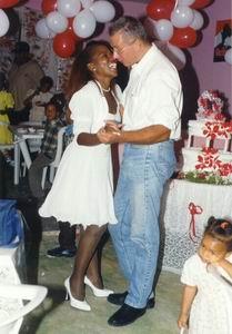 Lucy en CasaSpider dansen op zaterdag 13 februari 1999, onze trouwdag
