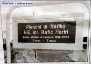 Het bordje met de nieuwe naam voor de rotonde van Palu Blanku heeft precies een dag standgehouden. Klik voor groter.