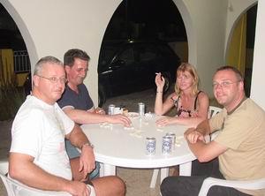 Dominoën met Piet, Verina en Wim