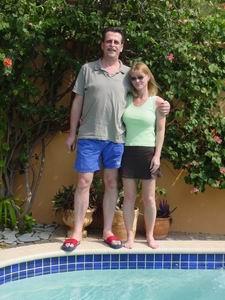 Piet en Verina bij het zwembad van Caribbean Flower