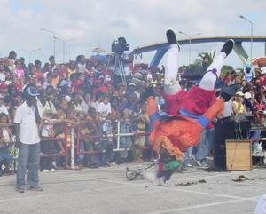 Sinterklaas is op Curacao aangekomen. De SaltoPiet maakt een salto.