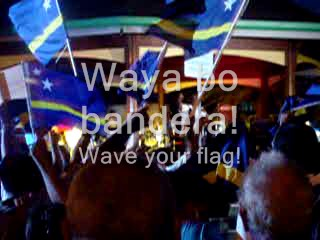 Heel veel Curacaose vlaggen op het Brionplein op 26.05.2005