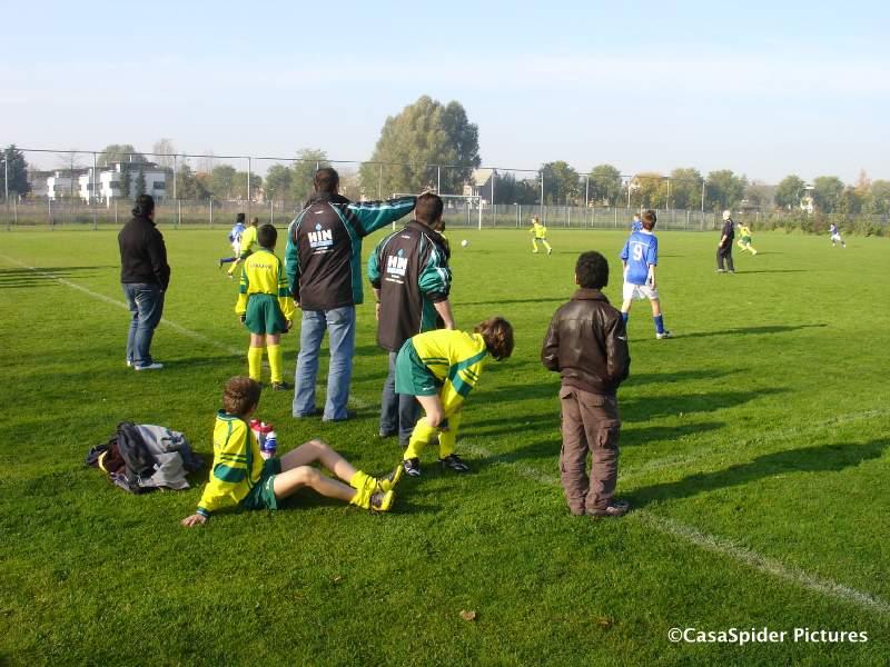25.10.2008: Trainer en wisselspelers van Rijen D4 kijken naar de wedstrijd tegen Boeimeer D3 die met 7-1 verloren ging. Klik voor groter.