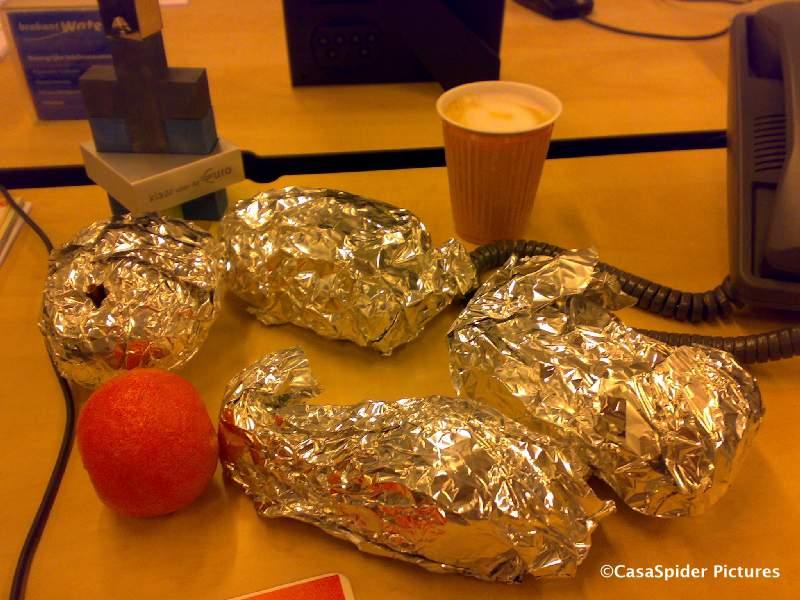 07.11.2008: Een typisch CasaSpider ontbijt bij Brabant Water bestaande uit vier boterhammen (kipsate en gesneden kipfilet), een appel, een peer en een mandarijntje. En een kopje cappuccino met suiker, code 908. Klik voor groter.