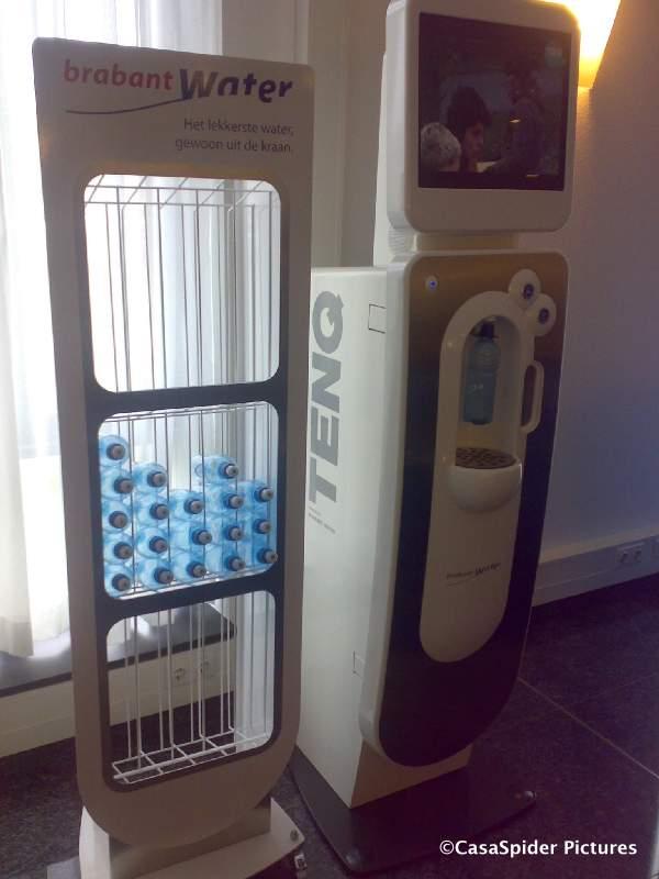 04.06.2008: Bij Brabant Water Den Bosch staat naast de TENQ tegenwoordig een design flessenvoorraadrek. Klik voor groter.
