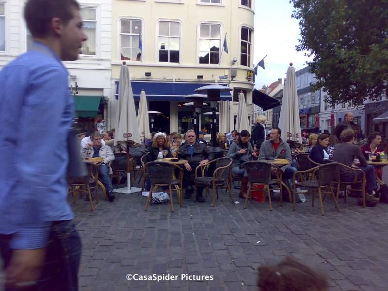 11.10.2008: De Spiders rusten even uit met een Leffe Tripel bij Cafe Vulling in Breda, Keeping up Appearances. Klik voor groter.