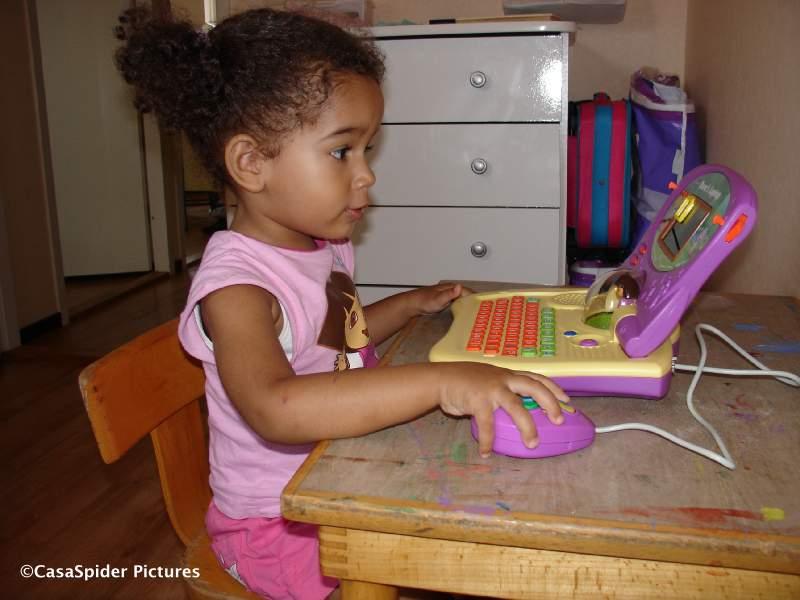 29.08.2008: Diana (2) heeft haar eerste laptop, natuurlijk is het een Dora-computer. Klik voor groter.