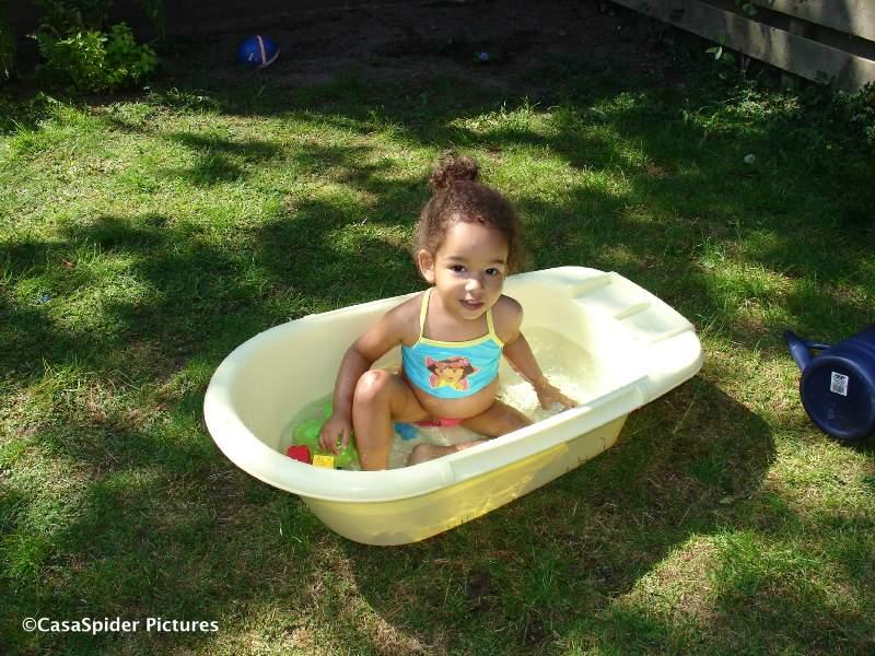 11.05.2008: Diana (2) buiten met haar Dora bikini in bad op Moederdag. Klik voor groter.