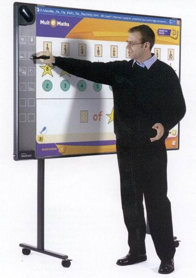 02.09.2008: Juffrouw Wendy (niet op de foto) legt het digitale schoolbord uit in klas 7c/8c van de KBS Sint Jozef te Rijen. Klik voor groter.