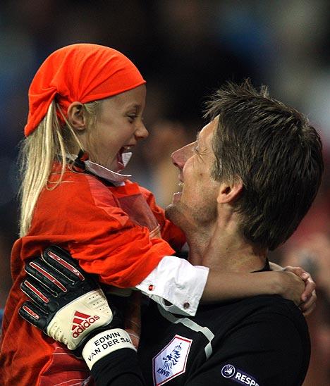 13.06.2008: Edwin van der Sar, Mister Oranje, viert de 4-1 tegen Frankrijk met zijn dochter Lynn. Klik voor groter.