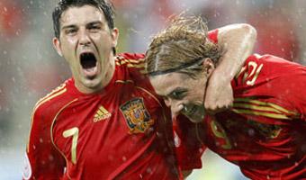 10.06.2008: Fernando Torres en David Villa spelen de Russen van Guus Hiddink helemaal dol op het EK2008: 4-1. Klik voor groter.