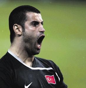 15.06.2008: Volkan krijgt een rode kaart in de 92e minuut van Turkije-Tsjechie maar maalt daar na de 3-2 winst niet om. Klik voor groter.