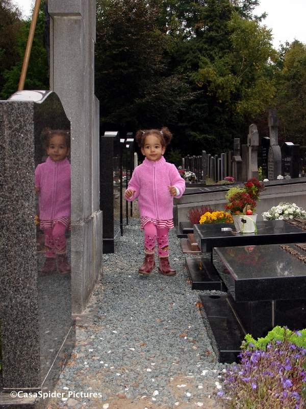 24.09.2008: Het plaatsen van de grafsteen voor mijn moeder Ilka, Diana (2) loopt vrolijk tussen de graven door. Klik voor groter.