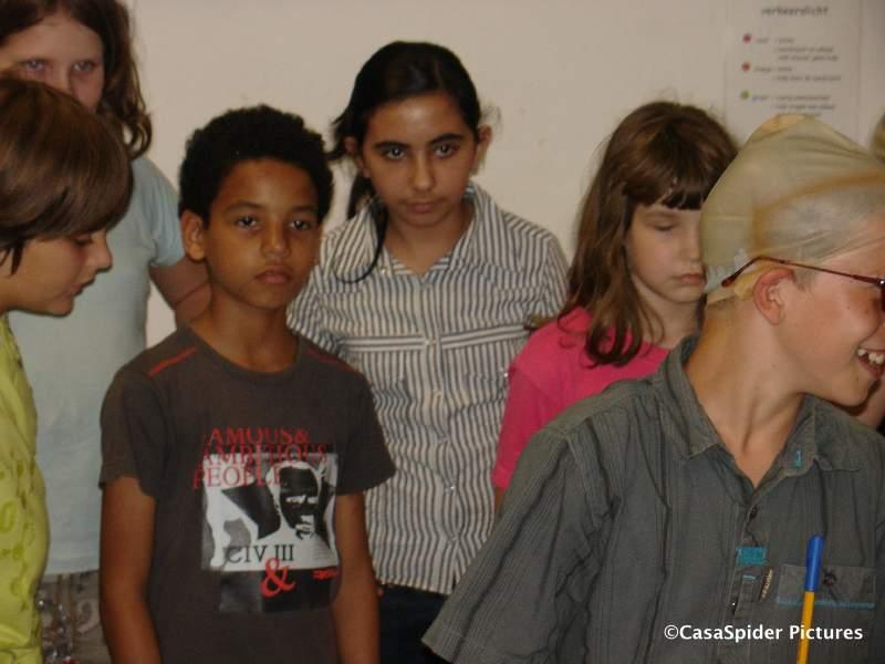 03.07.2008: Luchiano (10) en zijn klasgenoten van groep 7c voeren de act R Zit Een Gat In Mijn Emmer op voor de ouders. Klik voor groter.