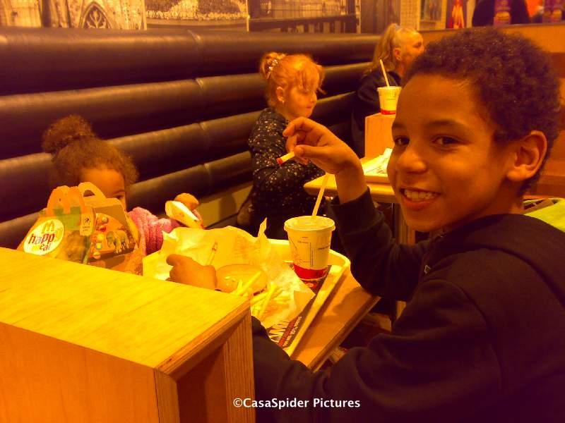 24.10.2008: Luchiano (11) is jarig en krijgt een Happy Meal bij McDonalds in Breda. Klik voor groter.