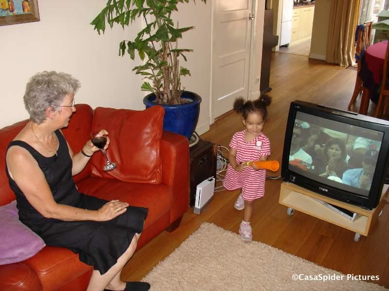 08.06.2008: Diana (2) loopt de kamer van tante Monica in waar oma Truus naar Nadal-Federer kijkt. Klik voor groter.