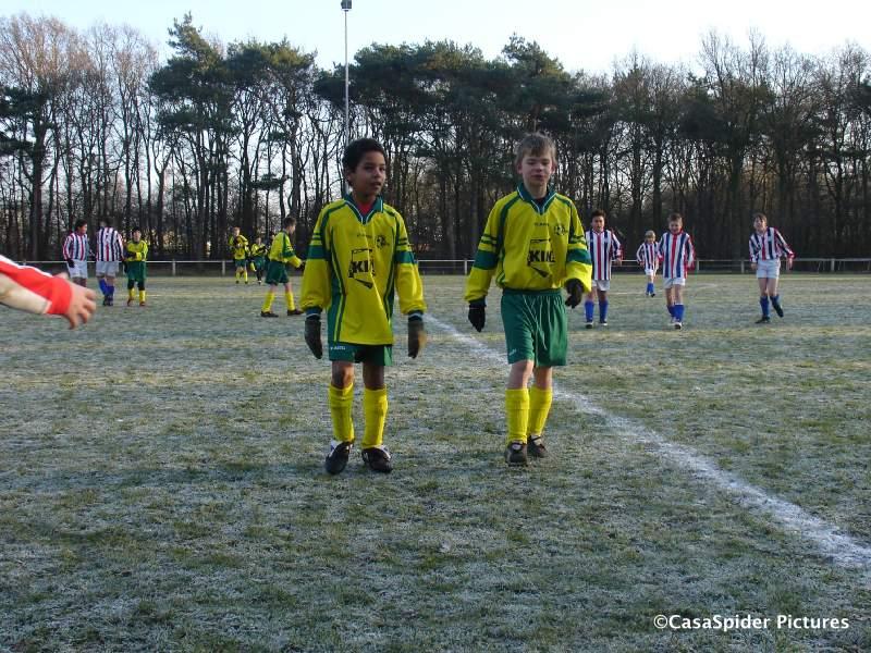 13.12.2008: Luchiano (11) en Sylke lopen het veld af na de 1-4 nederlaag van Rijen D4 tegen JEKA D7. Klik voor groter