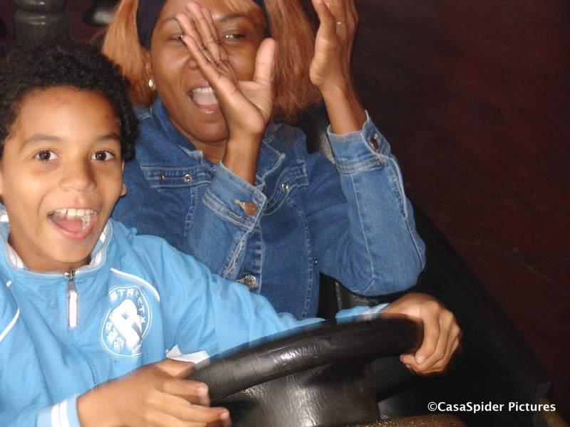 15.06.2008: Lucy en Luchiano (10) in een botsauto op de Kermis van Rijen. Klik voor groter.