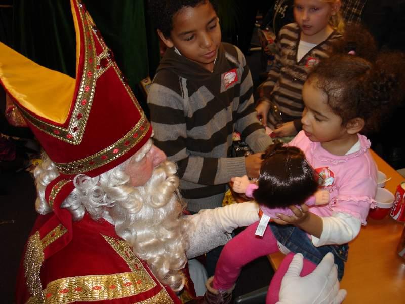 29.11.2008: Diana (2) bespreekt haar kado (Dora-pop) met Sinterklaas zelf. Klik voor groter