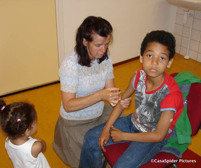 06.06.2008: Luchiano (10) kijkt wat sip voor zijn tweede vaccinatie maar even later komt de Nintendo Wii binnen als pleister op de wonde. Klik voor groter.